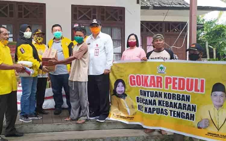 Jajaran Pengurus DPD Partai Golkar Kabupaten Kapuas saat menyerahkan secara simbolis bantuan untuk korban terdampak kebakaran di Pujon, Kecamatan Kapuas Tengah.