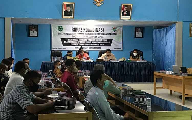 Rakor penguatan Bumdes dihadiri Direktur Pengembangan Usaha Transmigrasi Kemendes PDTT di aula Dinas PMD Kapuas, 24 September 2020