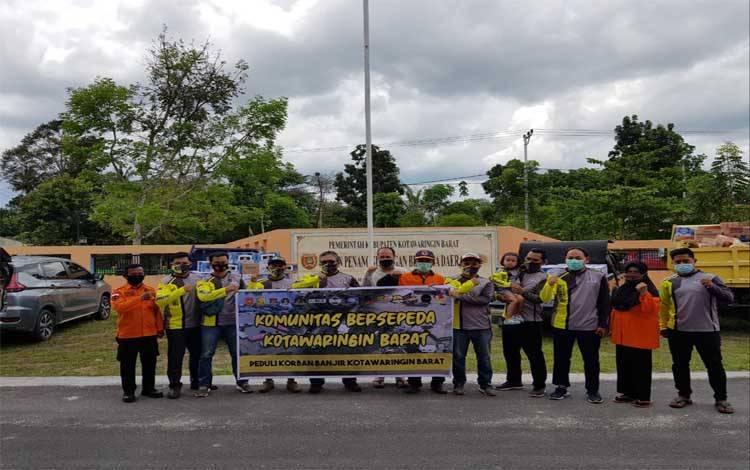 Komunitas Sepeda Kobar menyalurkan bantuan untuk korban banjir melalui BPBD