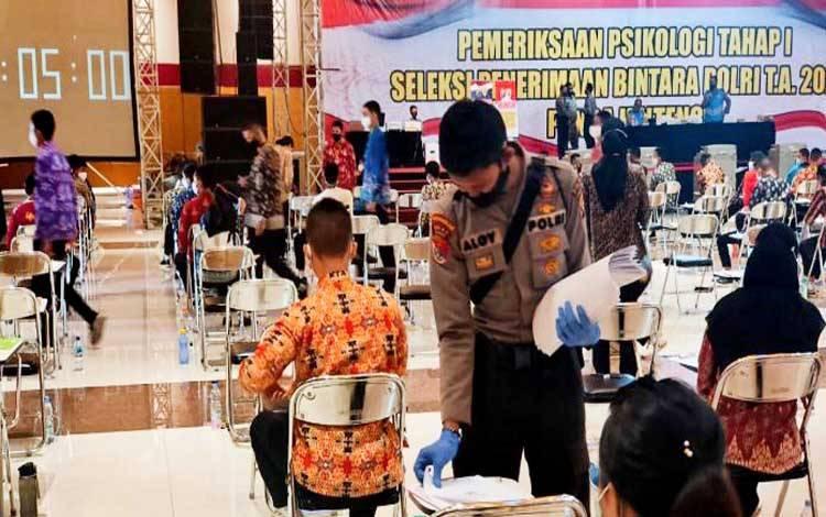 Personel Ditsamapta Polda Kalteng membantu dalam pelaksanaan tes psikologi dalam penerimaan Polri 2020