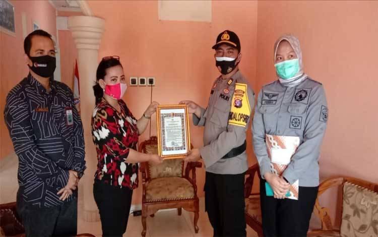 Kabag Ops Polres Katingan AKP Yudha Setiawan saat berkunjung ke kantor Bawaslu untuk sosialisasi maklumat Kapolri