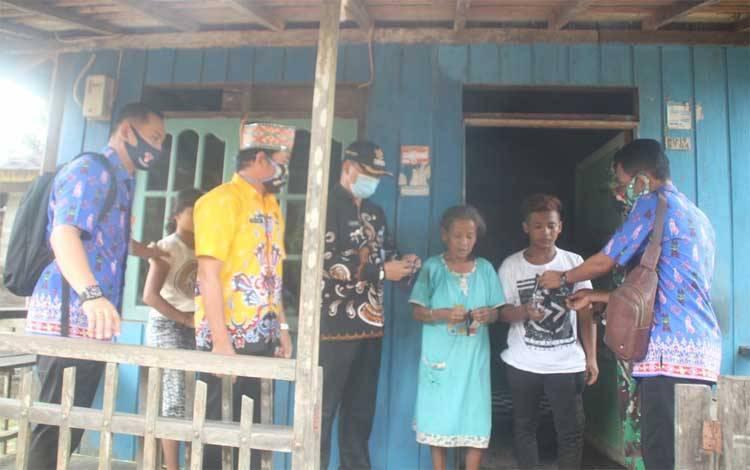 Pemerintah Desa Lubuk Hiju bersama Camat dan Danramil membagikan masker gratis, Kamis 24 September 2020