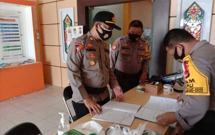 Kabag Ops Polres Katingan AKP Yudha Setiawan mengecek personel pam jaga di kantor KPU