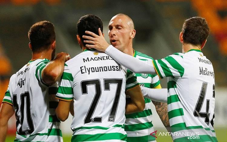 Penyerang Celtic Mohamed Elyounoussi (kedua kiri) melakukan selebrasi bersama rekan-rekannya seusai mencetak gol kemenangan atas Riga dalam laga kualifikasi Liga Europa putaran ketiga di Stadion Skonto, Riga, Latvia, Kamis (24/9/2020) waktu setempat. (ANTARA/REUTERS/Ints Kalnins)