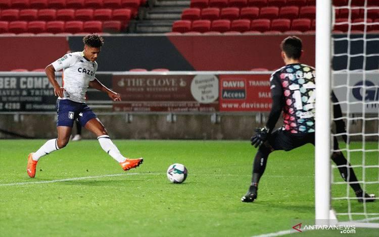 Penyerang Aston Villa Ollie Watkins mencetak gol ketiga timnya saat melawan Bristol City dalam pertandingan putaran ketiga Piala Liga Inggris yang dimainkandi Stadion Ashton Gate, Bristol, Kamis (24/9/2020). (ANTARA/REUTERS/PETER CZIBORRA)