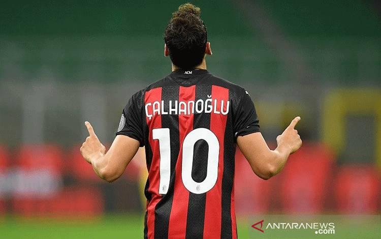 Gelandang serang AC Milan Hakan Calhanoglu melakukan selebrasi merayakan gol keduanya ke gawang Bodo/Glimt dalam laga kualifikasi Liga Europa putaran ketiga di Stadion San Siro, Milan, Italia, Kamis (24/9/2020) waktu setempat. (ANTARA/REUTERS/Daniele Mascolo)