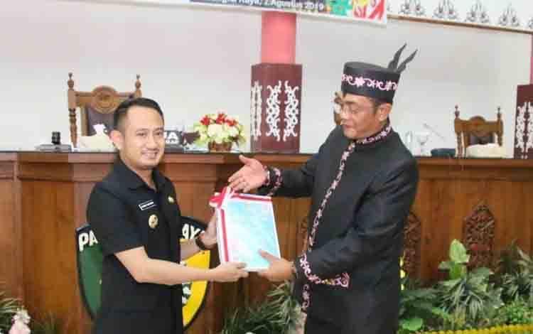 Ketua DPRD bersama Wali Kota Palangka Raya saat penyerahan nota keuangan tahun anggaran 2019.