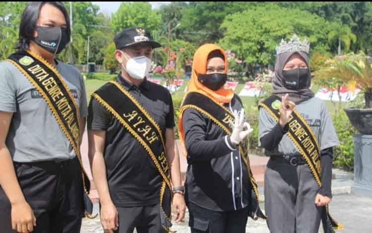 Wali Kota Palangka Raya Fairid Naparin dan Wakilnya Umi Mastikah dinobatkan sebagai ayah dan bunda bagi Duta GenRe