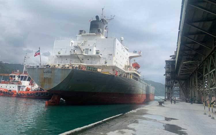 Kapal pengangkut Semen Padang yang akan dikirim ke Australia