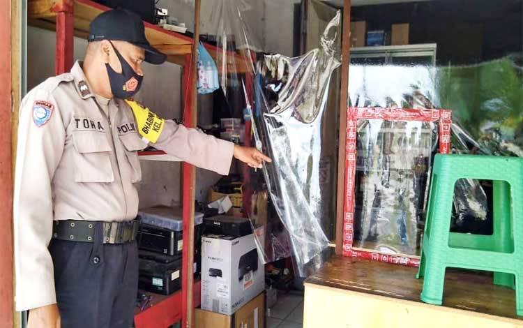 Bhabinkamtibmas Polsek Pahandut Aipda Toha menunjukan tempat barang elektronik yang diletakan sebelum hilang