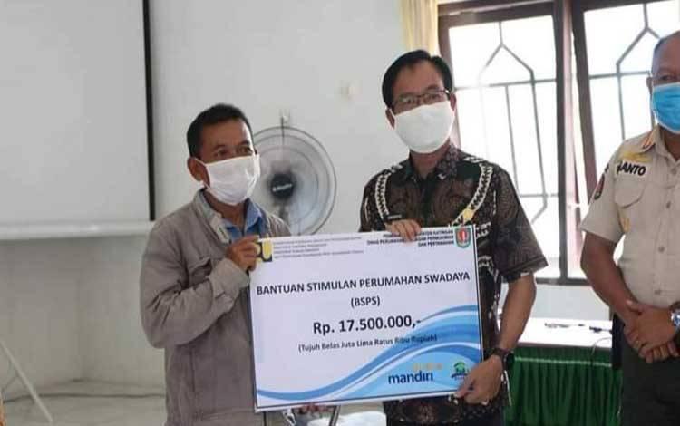 Bupati Katingan Sakariyas menyerahkan program BDPS di Kecamatan Pulau Malan
