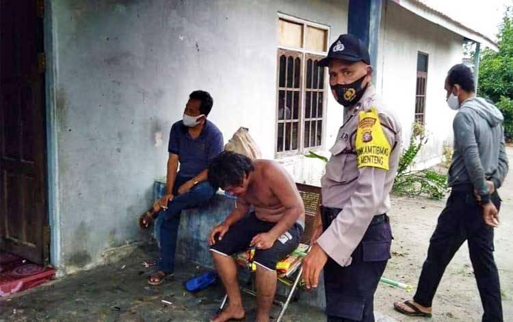 Bhabinkamtibmas Polsek Pahandut Aipda Toha bersama Ketua RT 06 Jalan Menteng XII saat mengamankan seorang pria yang mengalami gangguan kejiwaan