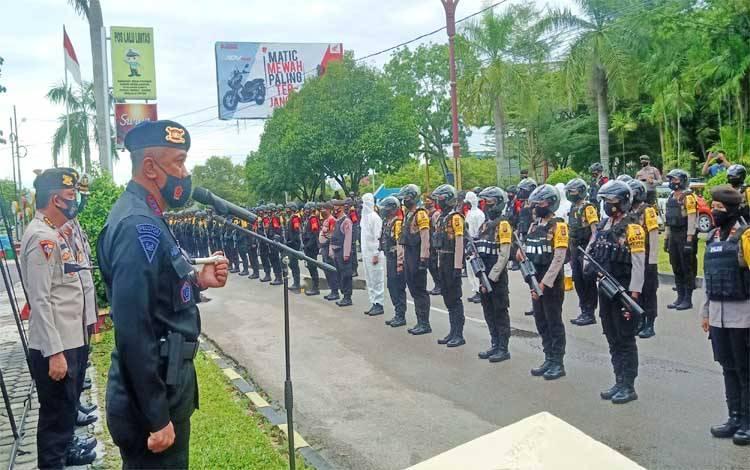Dansatbrimob Polda Kalteng Kombes Bambang Widjanarko Baiin memimpin apel pasukan di Pos Lantas Bundaran besar Jalan Yos Sudarso Kota Palangka Raya, Sabtu 26 September 2020