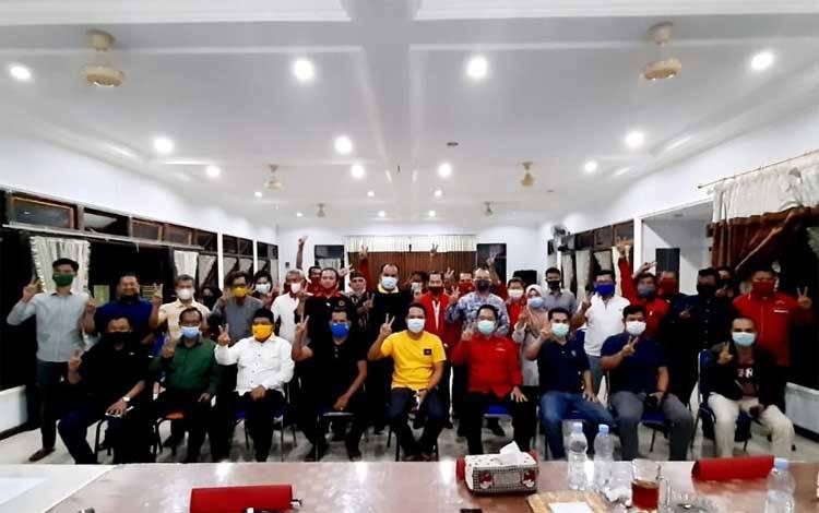 Pimpinan partai koalisi Sugianto-Edy Pratowo Kabupaten Lamandau foto bersama usai rapat pembentukan tim pemenangan, Jumat 25 September 2020 malam