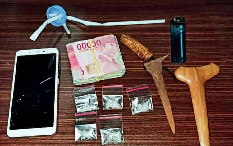 Lima paket sabu dan barang bukti lainnya saat diamankan Polisi.