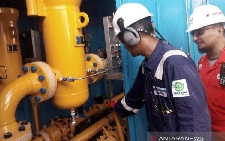 Petugas mengecek katup (valve) gardu induk sambungan gas rumah yang di wilayah Kelurahan Nenang, Kabupaten Penajam Paser Utara, yang dibangun pada 2018 (Antaranews/Novi Abdi)
