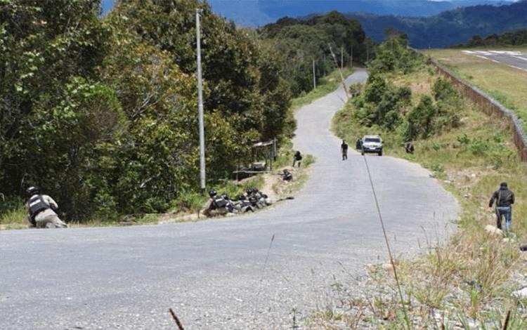 Personel gabungan TNI-POLRI ketika terlibat baku tembak dengan KKB di Intan Jaya, Papua. (ANTARA /HO-Humas Polda Papua)