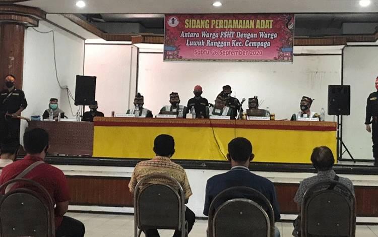Sidang adat Dayak terhadap 8 pelaku pengeroyokan dan organisasi PSHT Kotim di Sampit, Sabtu, 26 September 2020.