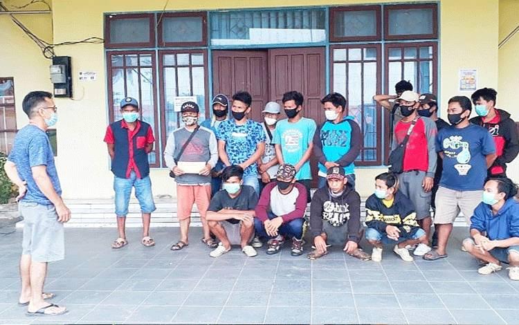 Dinas Sosial Barito Timur membantu evakuasi 17 warga Kalimantan Barat dari Kabupaten Kutai Timur, Kalimantan Timur.