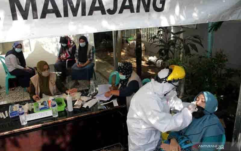 Tenaga medis melakukan prosedur pemeriksaan untuk mendeteksi penularan COVID-19 di Kecamatan Mamajang, Makassar, Sulawesi Selatan, Sabtu (26/9/2020). (foto : ANTARA/ARNAS PADDA)