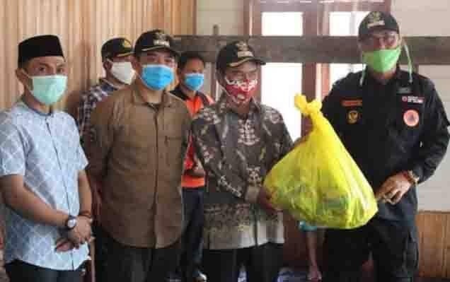 Wakil Bupati Katingan, Sunardi Litang menyerahkan bantuan kepada warga Kamipang.
