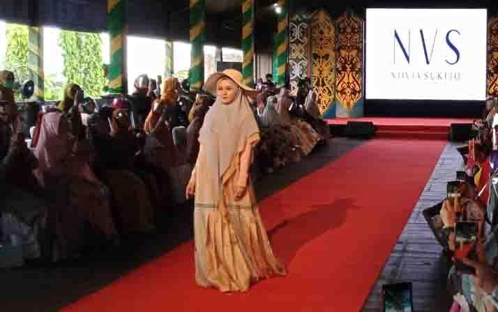 Fashion show busana muslimah syari karya desainer Lina Sukijo digelar di Pangkalan Bun, Minggu, 27 September 2020.