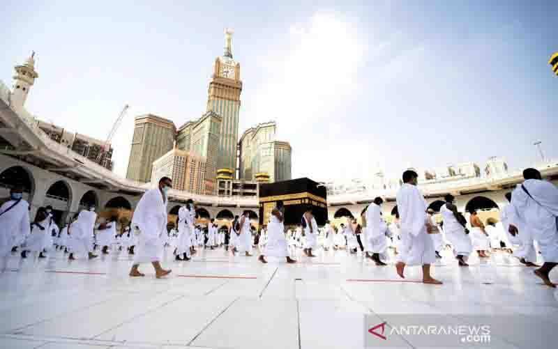 Umat Islam, dengan memakai masker dan menjaga jarak fisik, melakukan Tawaf mengelilingi Ka'bah saat musim Haji di kota suci Mekkah, Arab Saudi, Jumat (31/7/2020), tengah pandemi penyakit virus corona (COVID-19) . (foto : ANTARA FOTO/Saudi Press Agency/Handout via REUTERS/pras/cfo)