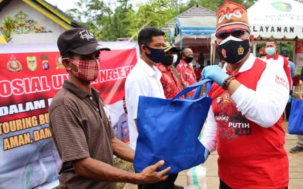 Kapolda Kalteng, Irjen Pol Dedi Prasetyo memberikan bantuan kebutuhan pokok kepada masyarakat Desa Tanjung Pejangai, Kecamatan Tewah, Kabupaten Gunung Mas, Minggu 27 September 2020.