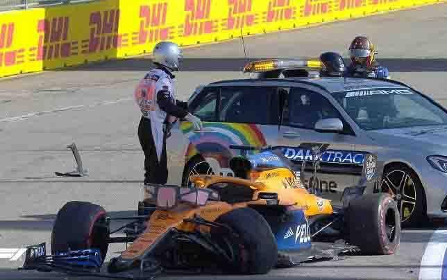Mobil Carlos Sainz menabrak pembatas di GP Rusia, Minggu, 27 September 2020. (sumber : Twitter/formula-1)
