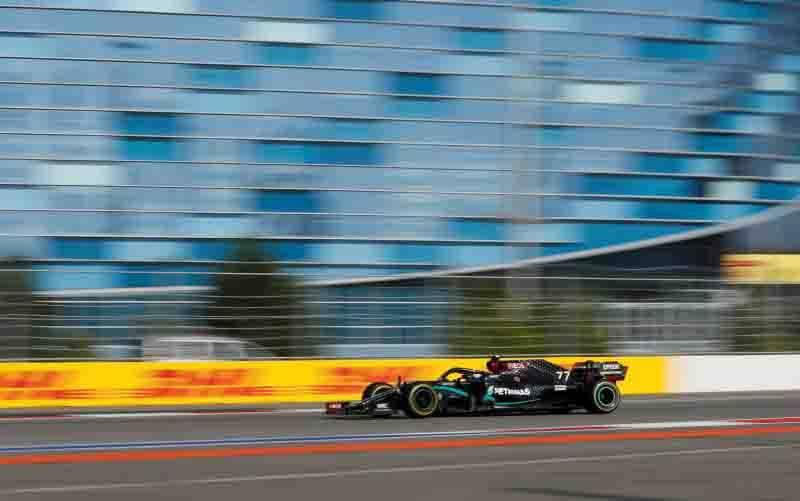 Pebalap tim Mercedes Valtteri Bottas menjalani Grand Prix Rusia di Sochi Autodrom. (27/9/2020). (foto :  Pool via REUTERS/Yuri Kochetkov)