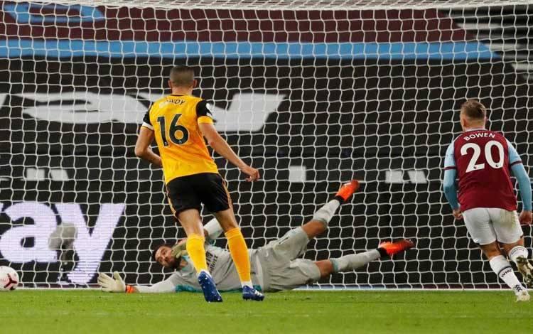 Pemain West Ham United mencetak goal