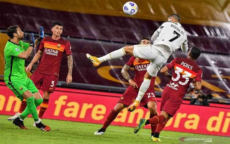 Cristiano Ronaldo mencetak goal