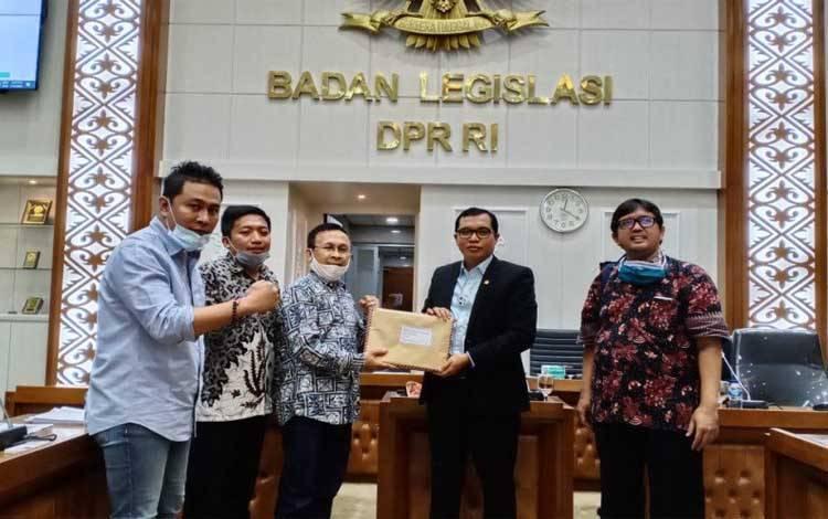 Ketua Badan Legislasi DPR RI Supratman Andi Agtas dalam rapat Panitia Kerja RUU Omnibus Law Cipta Kerja di Senayan, Jakarta, Minggu 27 September 2020