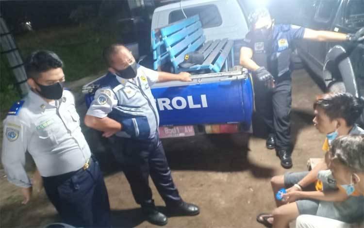 Anggota Dishub Kota Palangka Raya saat melakukan penertiban Gepeng