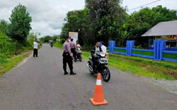 Personel Polsek Kapuas Barat saat melakukan pendisiplinan penggunaan masker di masyarakat