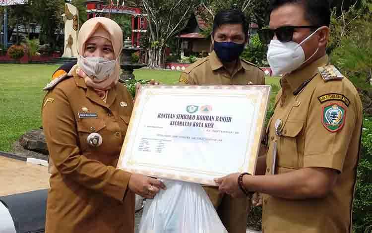 Bupati Kotim Supian Hadi menyerahkan bantuan sembako untuk masyarakat terdampak banjir di Kotim.