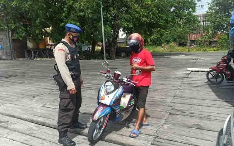 Personel Satuan Polairud Polres Seruyan ingatkan warga untuk selalu taati protokol kesehatan.