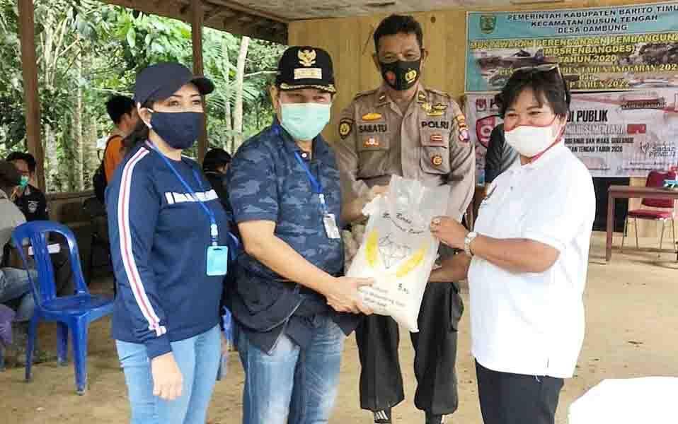 Bupati Barito Timur, Ampera AY Mebas saat berkunjung ke Desa Tambung.