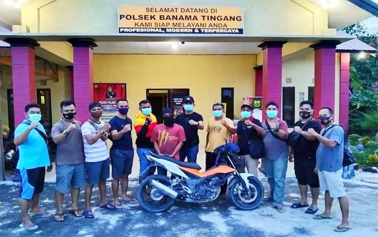 Kapolsek Banama Tingang bersama personel setelah mengamankan pelaku curanmor beserta barang bukti satu sepeda motor