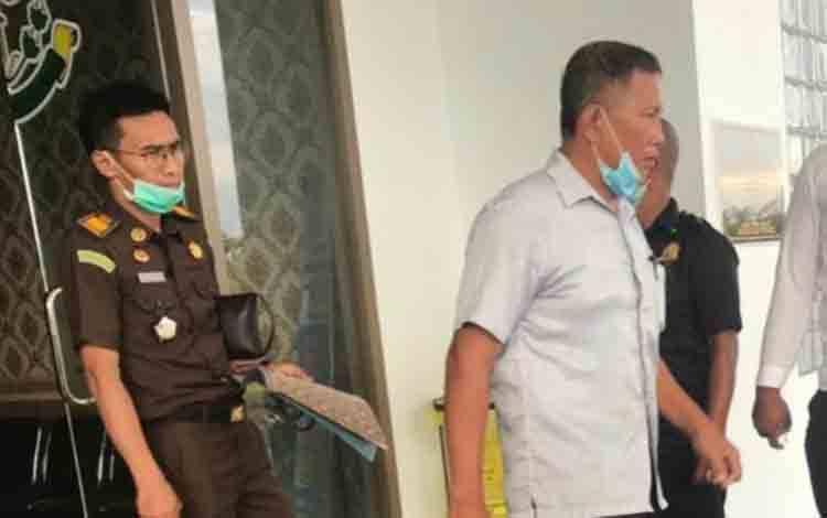 Kepala Desa Tumbamg Liting Didie (pakai kemeja putih) digiring pihak Kejari Katingan masuk mobil tahanan.
