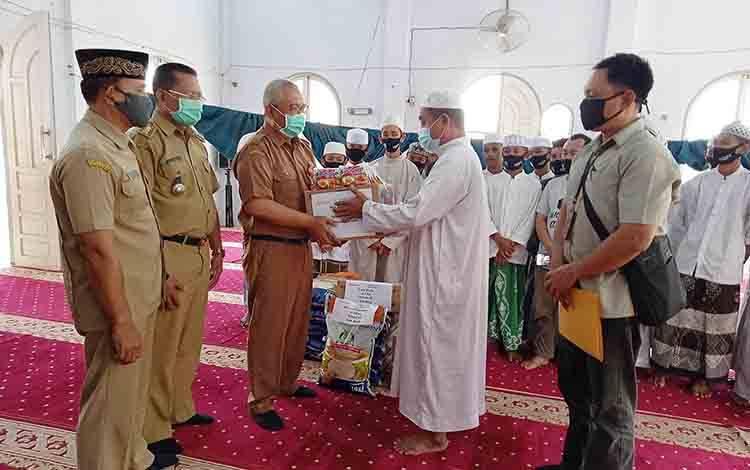 Kepala Dinas Sosial Kabupaten Barito Timur Riza Rahmadi menyerahkan bantuan kepada pengurus Pondok Pesantren Darussalam.