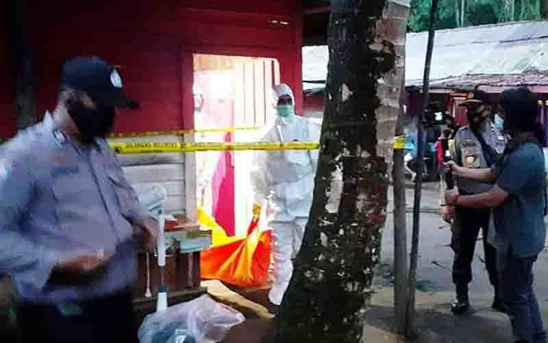 Kasat Reskrim Polres Barito Timur Iptu Ecki Widi Prawira (kemeja putih) memantau proses evakuasi jenazah pria yang meninggal di lokalisasi Kunding, Desa Bagok, Kecamatan Benua Lima, Senin sore (28/9/2020). (foto : ANTARA/HO-Polres Bartim)