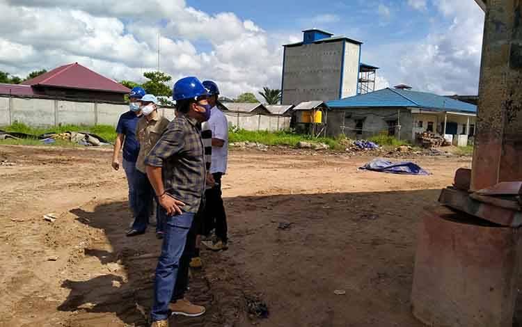 Ketua Komisi IV DPRD Kotawaringin Timur, Dadang H Syamsu saat mengecek pelabuhan di Kotim bersama anggota lainnya.