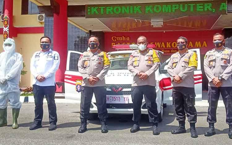 Kapolda Kalteng Irjen Dedi Prasetyo didampingi pejabat utama dan petugas kesehatan usai menyerahkan 1 unit mobil PCR.