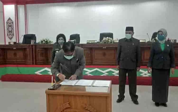 Ketua DPRD Barsel HM Farid Yusran bersama wakil  Bupati menandatangani kesepakatan bersama.