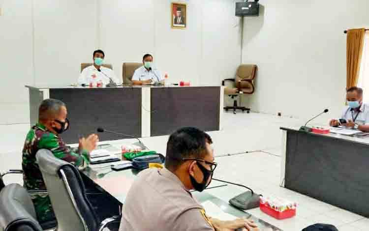 Wakil Bupati Sugianto Panala Putra didampingi Sekda H Jainal Abidin memimpin rapat kesiapan rapid test massal yang rencananya berlangsung di Arena Terbuka Tiara Batara, Kamis 1 Oktober 2020.
