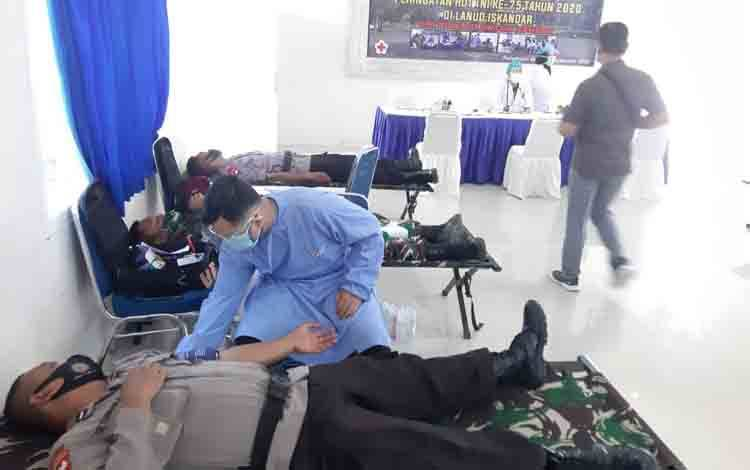 Anggota Kompi 2 Batalyon B Pelopor Satbrimob Polda Kalteng donor darah sambut HUT TNI yang ke -75.