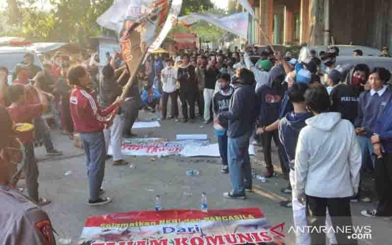 Ratusan pemuda dan pelajar menggelar aksi damai menolak paham Partai Komunis Indonesia (PKI) di Jalan Sungai Bambu Raya, Tanjung Priok, Jakarta Utara, Rabu (30/9/2020) petang. (foto : ANTARA/Fauzi Lamboka)