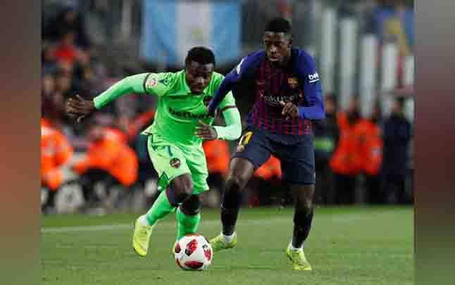 Pemain Barcelona, Ousmane Dembele berebut bola dengan pemain Levante, Moses Simon dalam laga leg kedua babak 16 besar Copa del Rey di Camp Nou, Spanyol, 17 Januari 2019. (foto : REUTERS/Albert Gea via teras.id)