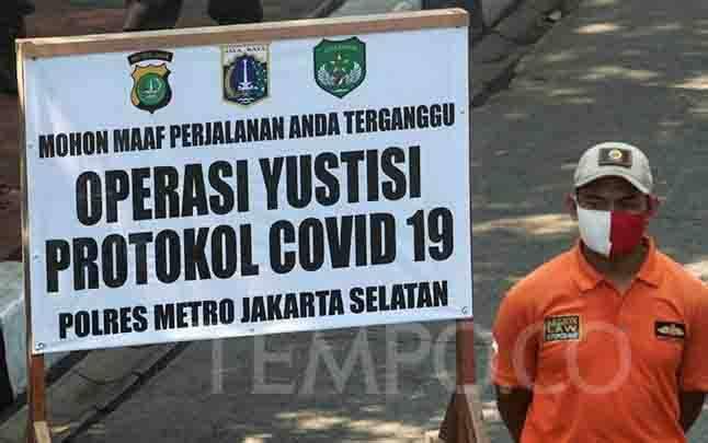 Anggota Satpol PP berjaga saat Operasi Yustisi Protokol COVID-19 di kawasan Jati Padang, Jakarta, Kamis, 17 September 2020. (foto : TEMPO/Hilman Fathurrahman W)